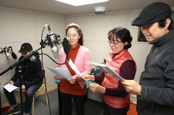 구산동도서관마을 스튜디오에서 주민들이 주민라디오 방송인 '어울 라디오' 녹음을 하고 있다. ⓒ이정실 여성신문 사진기자