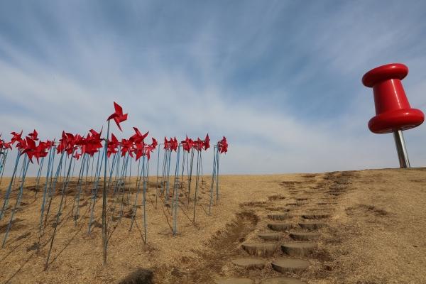 경기도 파주 임진각 평화누리공원에는 평화와 통일을 상징하는 바람개비들이 쉴새없이 돌고 있다. 왼쪽의 빨간 핀스핀은 영화배우 이광기의 작품 ⓒ김경호