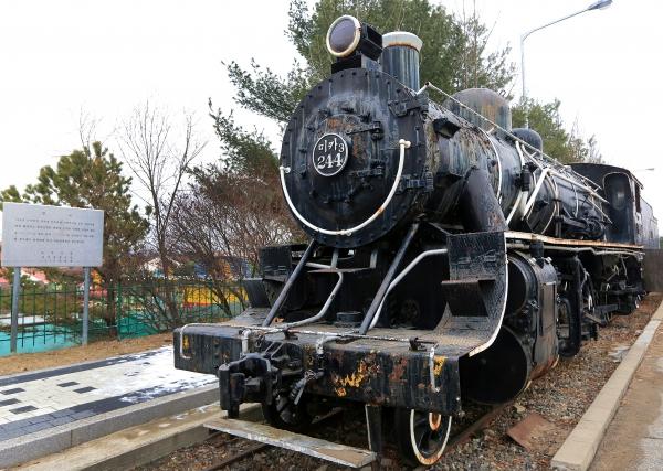 경기도 파주 임진각 평화누리공원의 철길에 멈춰 서 있는 녹슨 열차 ⓒ김경호