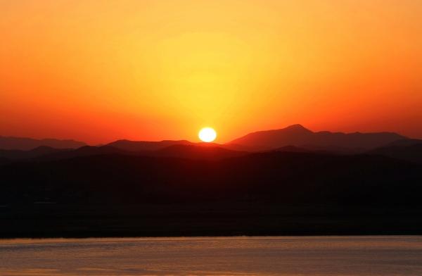 멀리 북녘땅 송악산 위로 붉은 해가 지고 있다. ⓒ김경호