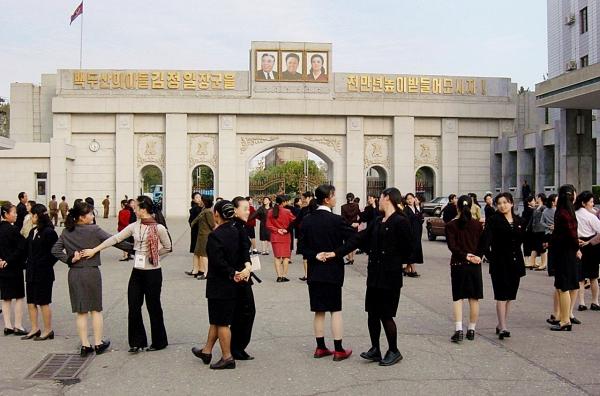 2003년 평양 방문시 평양 시내에서 남한과 북한의 젊은이들이 함께 춤을 추고 있다. ⓒ김경호