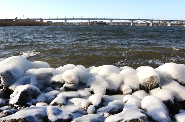 전국 대부분 지역에 한파특보가 발효된 지난 24일 서울 한강여의도공원 서울마리나 선착장 인근에 얼음이 얼어 있다. ⓒ이정실 여성신문 사진기자