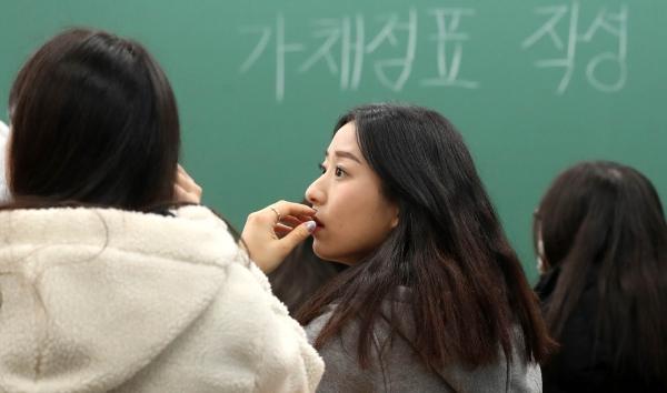 지난 불수능에서 가채점 중인 학생들 ⓒ뉴시스·여성신문