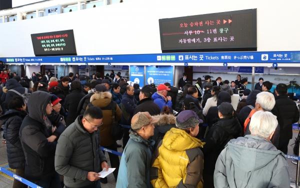 2019년 경부선 설 승차권 예매일인 8일 오전 서울역 대합실에서 시민들이 승차권 구입을 위해 줄을 서 있다.