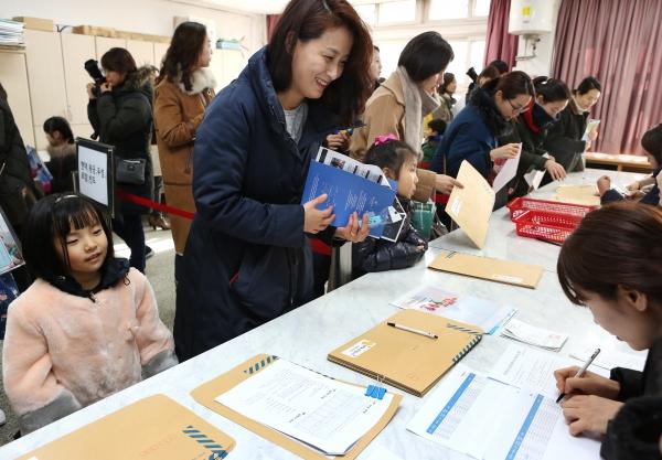 2019학년도 초등학교 입학 신입생 예비소집일인 8일 서울 용산구 신용산초등학교에서 학부모들이 입학등록을 하고 있다.