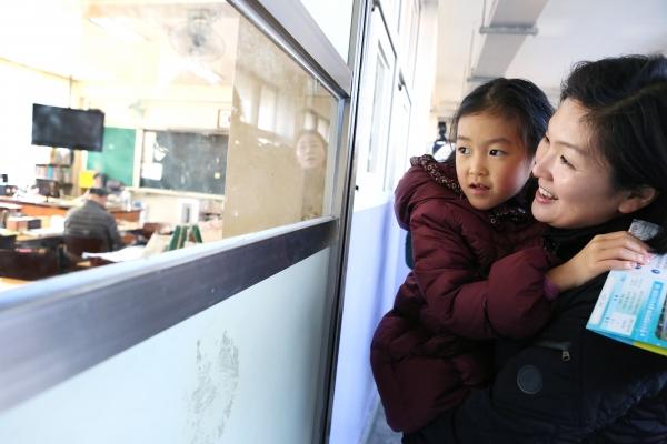 2019학년도 초등학교 입학 신입생 예비소집일인 8일 서울 용산구 신용산초등학교에서 신입생과 학부모가 교실을 구경하고 있다.