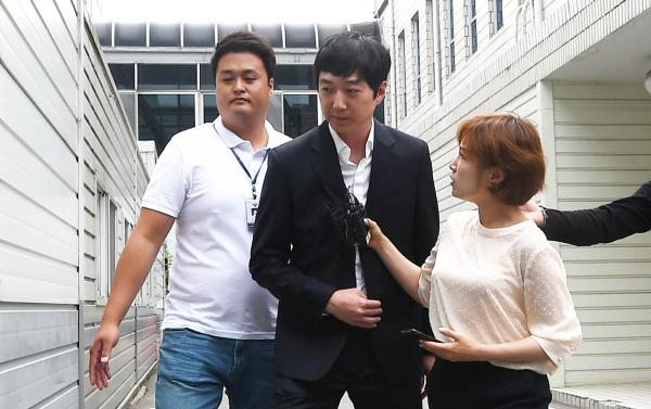 심석희 선수를 상습적으로 폭행한 혐의를 받는 조재범 전 국가대표팀 코치가 지난해 6월 경기 성남 수원지방법원 성남지원으로 출석하고 있다. ©뉴시스