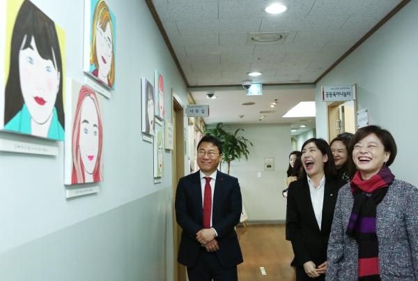 진선미 여성가족부 장관이 10일 서울 중구 건강가정·다문화가족지원센터를 방문해 정주원 센터장으로부터 안내를 받고 있다.
