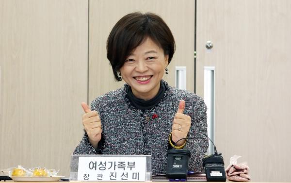 진선미 여성가족부 장관이 10일 서울 중구 건강가정·다문화가족지원센터에서 열린 간담회에서 인사말을 하고 있다.