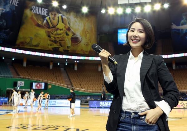 서울 삼성 썬더스의 박수미 장내 아나운서는 남녀프로농구를 통틀어 유일한 여자 장내 아나운서다. 박 아나운서는 프로야구 KT위즈의 장내 아나운서로도 활동 중이다. ⓒ이정실 여성신문 사진기자