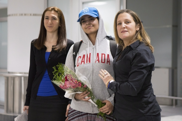 가족으로부터 학대를 받았다고 주장하며 탈출한 사우디아라비아 소녀 라하프 무함마드 알쿠눈(가운데)이 12일(현지시간) 망명을 허용한 캐나다 토론토 피어슨 국제공항에 도착해 포즈를 취하고 있다. 오른쪽 여성은 크리스티아 프릴랜드 캐나다 외무장관이다. 뉴시스·여성신문