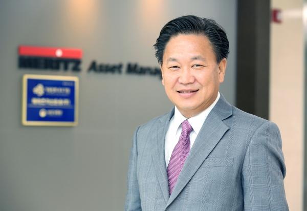 존리 메리츠자산운용 대표가 6일 오전 서울 계동 메리츠자산운용 본사에서 로비에서 사진촬영을 위해 포즈를 취하고 있다.