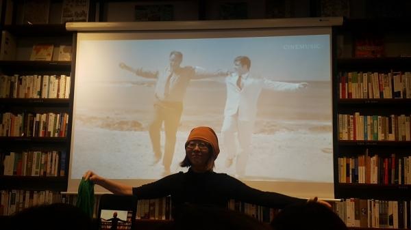 『그림 속에 너를 숨겨놓았다』 저자 김미경(오른쪽) 화가가 15일 북콘서트에 나섰다. 왼쪽은 사회를 맡은 진양혜 아나운서 ⓒ김진수 기자