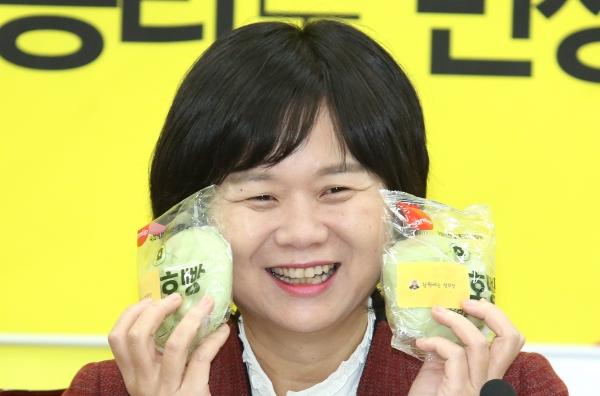 이정미 정의당 대표가 17일 서울 여의도 국회 당대표실에서 열린 신년기자회견에서 선물로 준비한 호빵을 들어 보이고 있다.