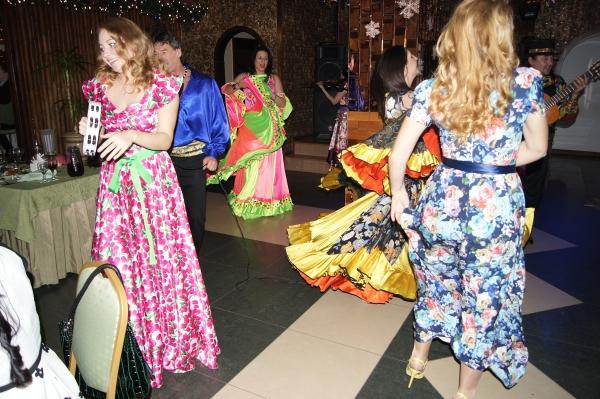 사할린 레스토랑 사이곤에서 집시들의 공연에 맞춰 신나게 춤을 추며 성탄을 즐기는 사할린 가스공사직원들