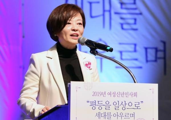 진선미 여성가족부 장관이 18일 서울 중구 대한상공회의소 국제회의장에서 열린 '2019년 여성신년인사회'에 참석해 환영인사를 하고 있다.