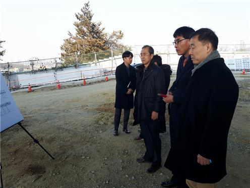 국민권익위원회 신근호 상임위원(오른쪽 앞)이 민원 현장에서 한국도로공사로부터 브리핑을 받고 있다. ⓒ권익위 제공