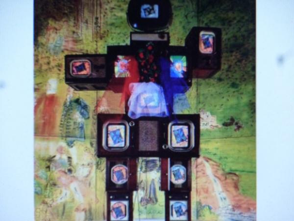 고 백남준 작가가 프랑스 혁명 200주년을 기념해 만든 설치작품 '올랭프 드 구즈'