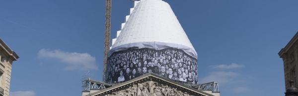팡테옹 홈페이지에 올라있는 보수 공사 중인 팡테옹. 프랑스 민중의 얼굴들을 담은 가림막에는 여성들이 가득하지만, 정작 이곳에 안장된 프랑스의 국가적 위인 76명 가운데 여성은 5명에 불과하다. 프랑스 혁명의 페미니스트 혁명가 올랭프 드 구즈를 안장해달라는 요구는 번번이 거절당하고 있다. ©www.paris-pantheon.fr