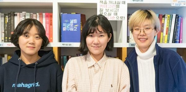 '찍는페미'는 25일부터 27일까지 제1회 서울여성독립영화제를 개최한다. 왼쪽부터 안정윤, 온니, 문아영 활동가. ⓒ '찍는페미' 제공