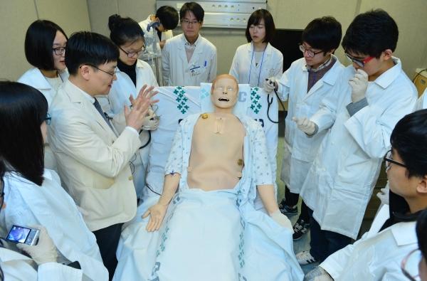 예비의대생 캠프에서 참가 고등학생이 의학용 더미를 통해 의사 활동을 실습하고 있다. ⓒ뉴시스