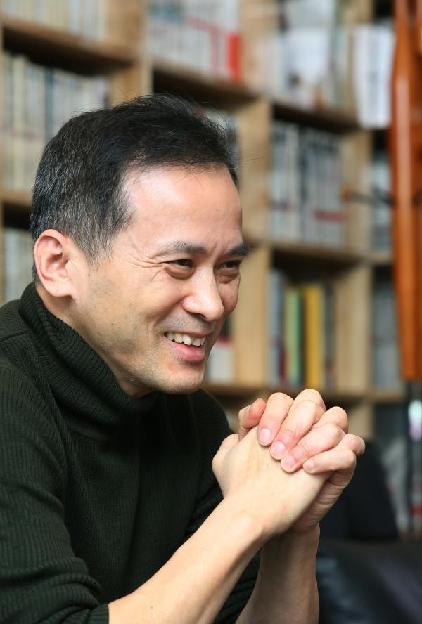 17일 서울 마포구 '문화과지성' 사무실에서 김찬호 성공회대 교양학부 초빙교수가 신간 『유머니즘』에 대해 말하고 있다.