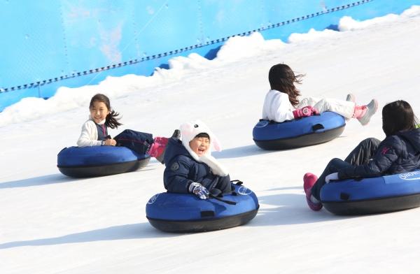 23일 서울 광진구 한강 뚝섬 눈썰매장을 찾은 어린이들이 눈썰매를 타며 즐거운 시간을 보내고 있다.