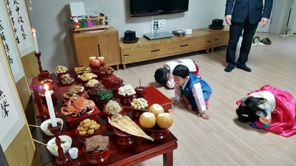 설 차례상에 절을 하는 아이들 ⓒ뉴시스.여성신문