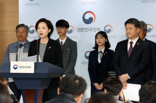 유은혜 부총리 겸 교육부장관이 25일 서울 광화문 정부종합청사에서 '고졸취업 활성화 방안'을 발표하고 있다.