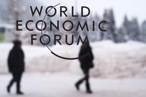 스위스 다보스에 있는 세계경제포럼(WEF) 회의장 유리창에 로고가 붙어있다. ⓒ뉴시스
