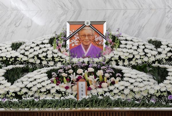 29일 서울 서대문구 세브란스 병원 장례식장에 마련된 일본군 성노예 피해자 故 김복동 할머니의 빈소의 영정사진