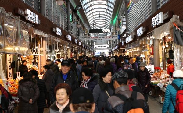 설날을 6일 앞둔 30일 서울 동대문구 청량리청과물도매시장이 제수용품을 준비하는 시민들로 붐비고 있다.