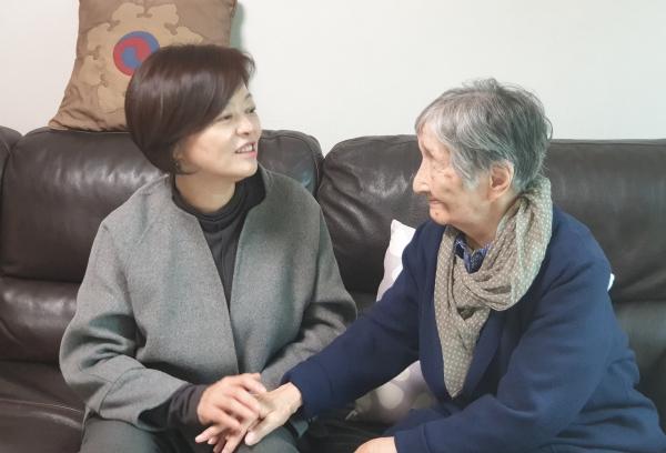 진선미 여성가족부 장관(사진 왼쪽)과 이효재 선생