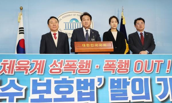 안민석 국회 문체위원장(왼쪽 2번째)을 비롯한 여야 의원들이 10일 서울 여의도 국회 정론관에서 체육계 성폭행, 폭행 OUT! 심석희법 발의 기자회견을 하고 있다. ⓒ뉴시스