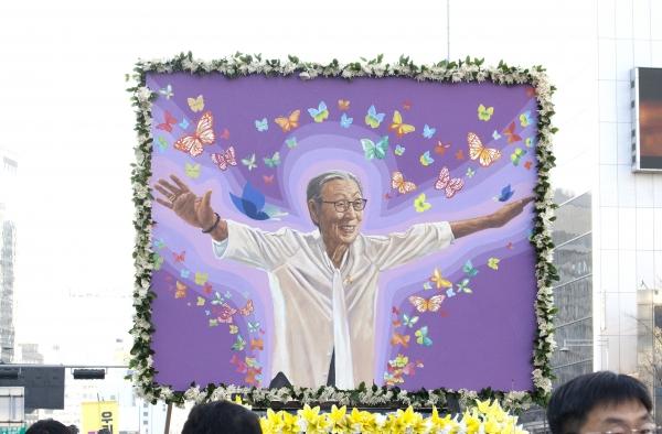 일본군'성노예' 피해자 김복동 할머님의 발인식이 엄수된 1일 운구행렬이 서울광장을 출발해 일본대사관으로 향하고 있다.