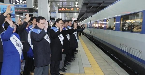 이해찬 더불어민주당 대표와 홍영표 원내대표 등 당 지도부가 1일 서울 용산역 승강장에서 시민들에게 설 귀성인사를 하고 있다. ⓒ뉴시스