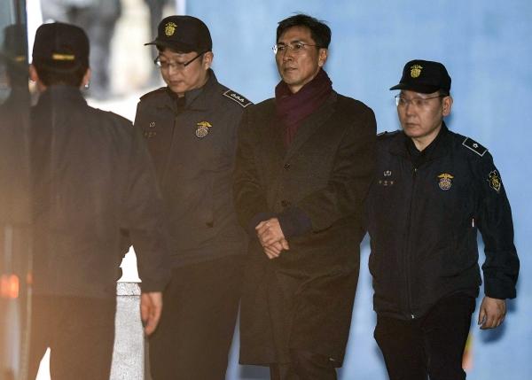 '비서 성폭행' 혐의를 받고 있는 안희정 전 충남도지사가 항소심에서 3년 6개월 실형을 선고 받은 1일 서울 서초구 서울고등법원에서 호송차로 이동하고 있다