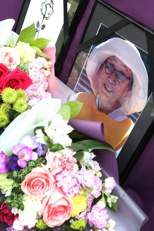 30일 서울 종로구 일본대사관 앞에서 열린 1372차 수요시위에 지난 28일 별세하신 일본군 성노예 피해자 이 모·김복동 할머니의 영정사진과 추모 꽃다발이 놓여있다. ⓒ이정실 여성신문 사진기자