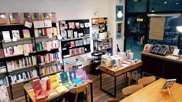 서울 마포구에 위치한 책방 꼴은 페미니즘 도서를 큐레이션한다. 북토크 등의 다양한 문화행사와 페미니즘 굿즈 판매를 책방에서 함께 하고 있다.