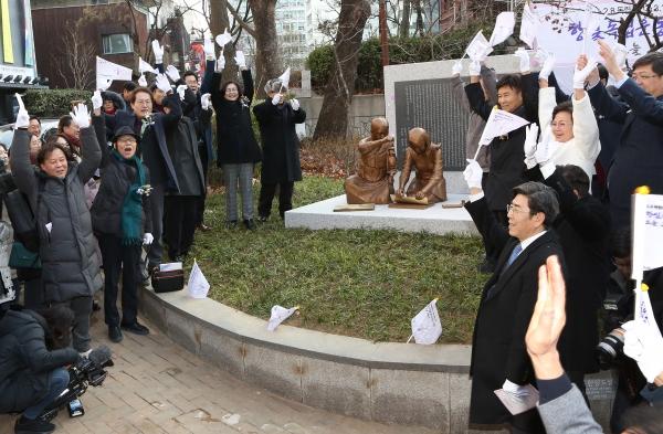 2.8 독립선언과 3.1 혁명 100주년 기념 항일독립운동여성상 제막식이 8일 서울 중구 배재어린이공원에서 열려 참석자들이 만세삼창을 하고 있다.