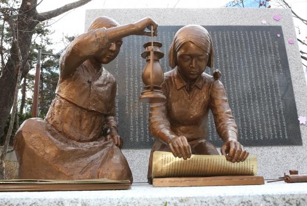 2.8 독립선언과 3.1 혁명 100주년을 맞아  8일 서울 중구 배재어린이공원에서 열린 제막행사에서 공개된 항일독립운동여성상 '거사전야'