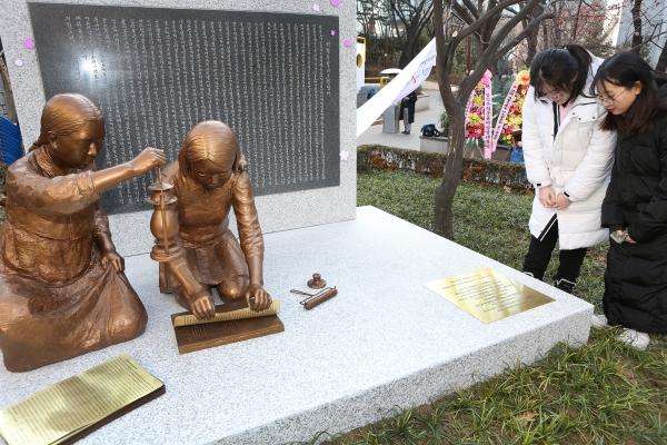 2.8 독립선언과 3.1 혁명 100주년을 맞아  8일 서울 중구 배재어린이공원에서 열린 제막행사에서 공개된 항일독립운동여성상 '거사전야'를 학생들이 둘러보고 있다.