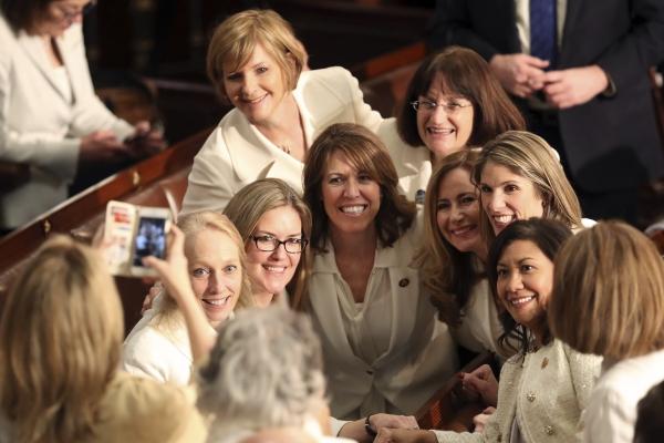 미국 민주당 여성 국회의원들이 5일(현지시간) 워싱턴 국회의사당 내에서 흰옷을 입고 기념 사진을 찍고 있다. 이들은 여성을 폄하하는 도널드 트럼프 대통령에 대한 저항과 여성 참정권 운동을 기념하는 의미로 흰옷을 입고 트럼프 대통령의 국정연설에 참석했다.