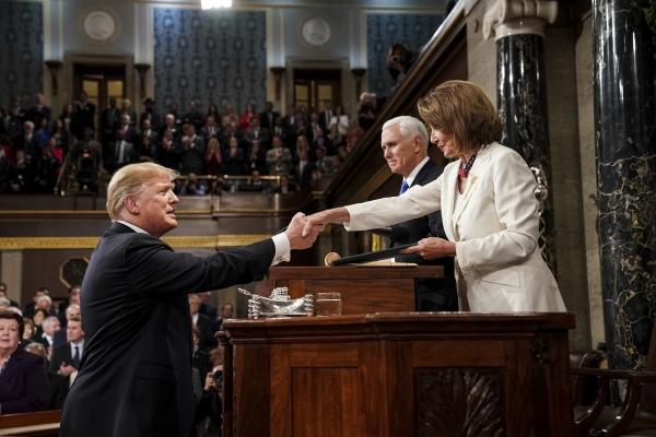도널드 트럼프(왼쪽) 미국 대통령이 5일(현지시간) 국정연설을 위해 워싱턴 국회의사당에 도착해 낸시 펠로시(오른쪽) 하원의장과 악수하고 있다.