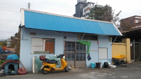 웃집-공방 공사 전 모습. 시골 5일 장터의 국밥집으로 쓰였던 웃집 공방의 옛모습. ⓒ여성신문