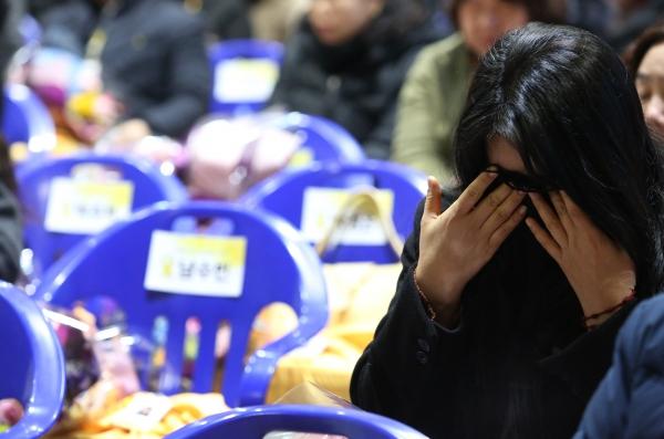 2014년 4월 16일 세월호 참사로 희생된 안산 단원고등학교 학생 250명에 대한 명예 졸업식이 12일 경기도 안산시 단원고등학교 단원관에서 열려 유가족들이 눈물을 흘리고 있다.