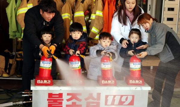 광주 서부소방서는 16일 서구 신세계 어린이집 어린이들에게 화재예방 소방안전교육을 실시했다. 2017.11.16. ⓒ뉴시스·여성신문