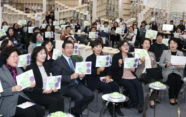 14일 서울 동작구 서울여성플라자 '성평등도서관 여기'에서 '서울시 여성 리더와 함께하는 신년회'가 열려 박원순 서울시장과 참가자들이 직접 작성한 '성평등 기업의 맵'을 들어 보이고 있다.