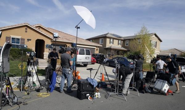 '쇠사슬 13남매' 사건이 발생했던 미국 캘리포니아주의 페리스에서 13명의 자녀들이 발견된 집 앞에 취재진이 몰려있다. ⓒ뉴시스