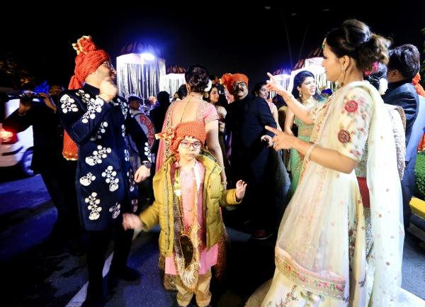 신랑이 화려하게 장식한 백마를 타고 신부가 기다리는 예식장으로 가는 행렬 앞에서 하객들이 열정적인 춤을 추고 있다. ⓒ김경호